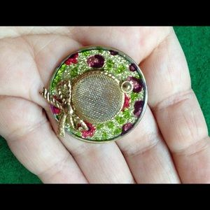Jewelry - Hat shaped pin, classic brooch